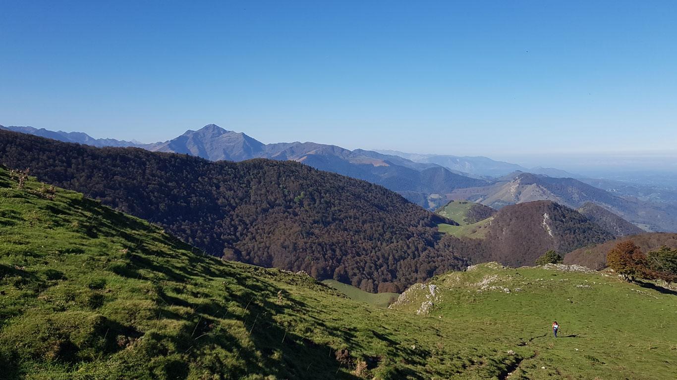 Vue du casque du Lhéris, randonnée au départ du village d'Asté