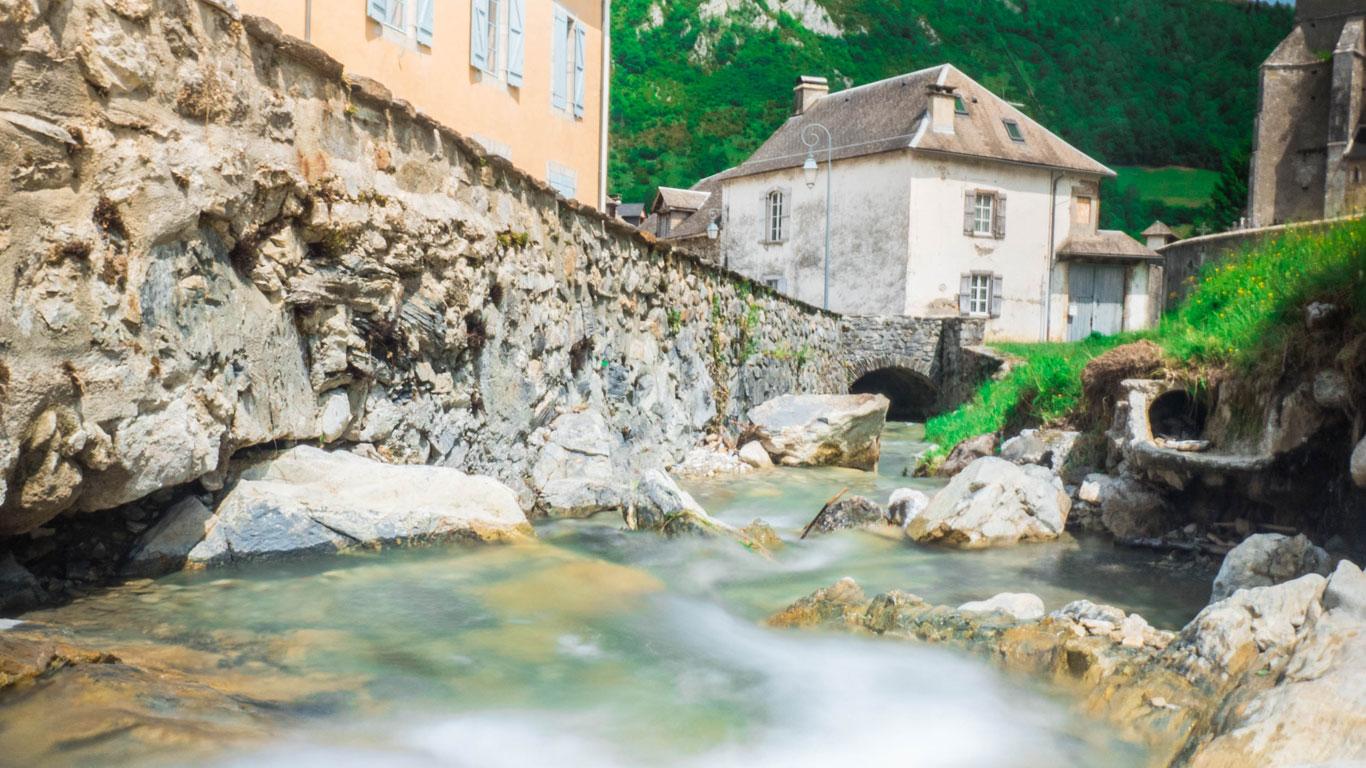 Un ruisseau qui traverse le village