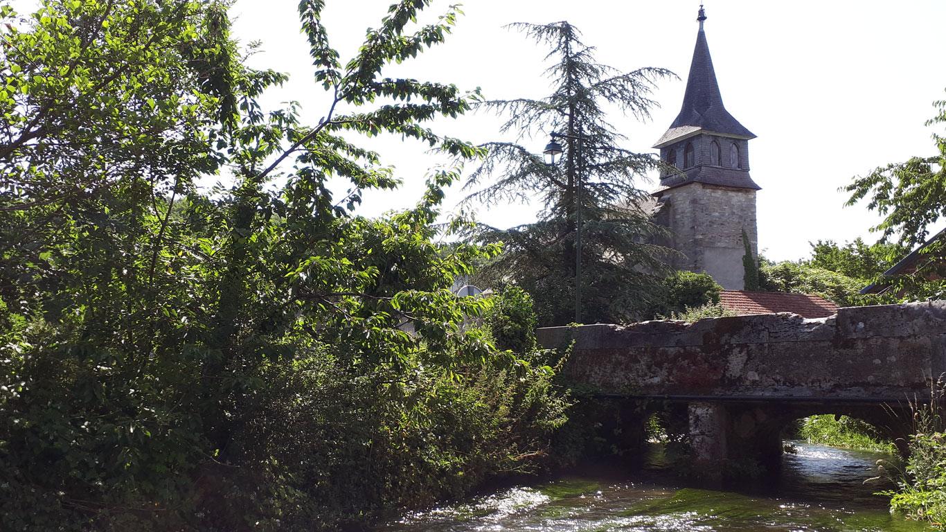 L'Eglise du village vue depuis un pont
