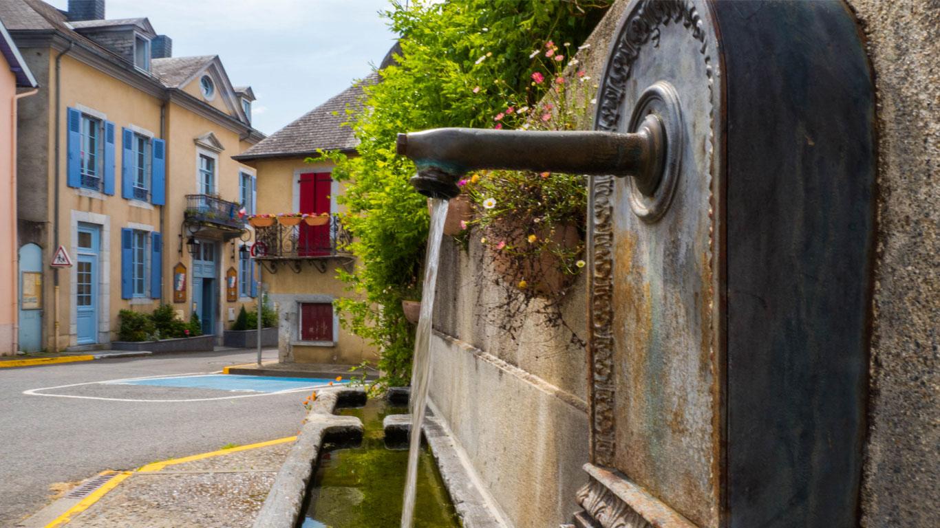 Une fontaine dans le village