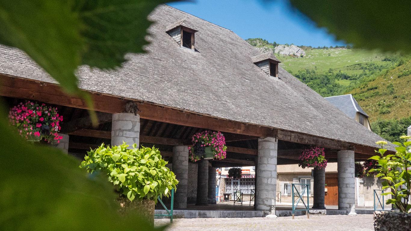 Les halles du village de Campan