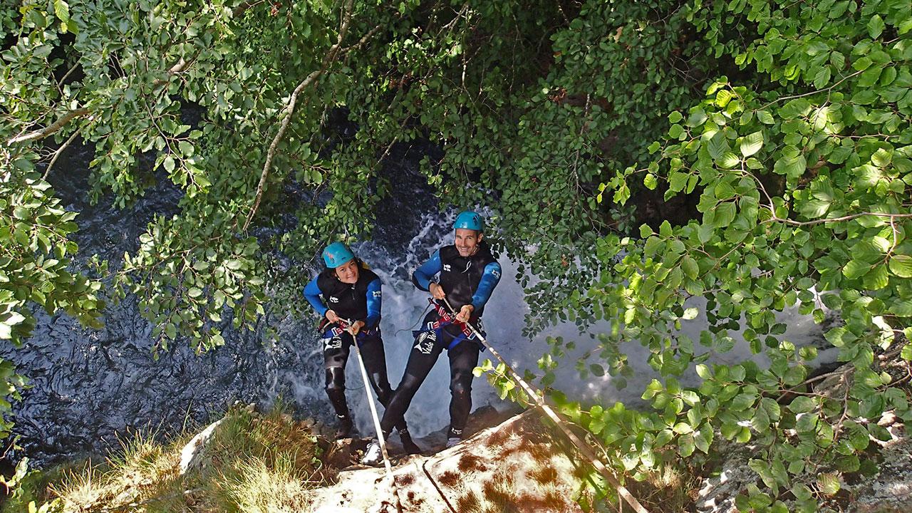 Homme et une femme descente en rappel dans un canyon