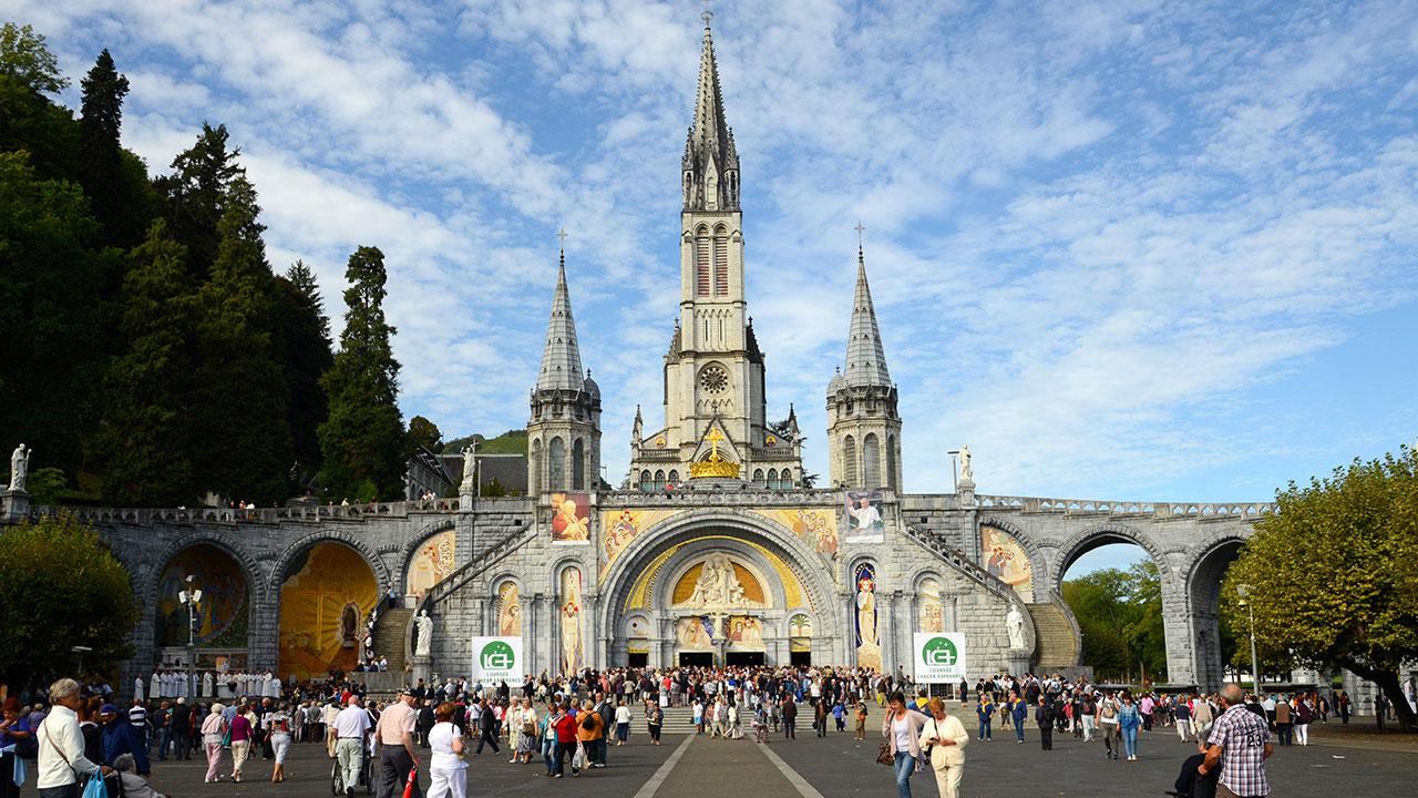 Parvis de la cathédrale de Lourdes