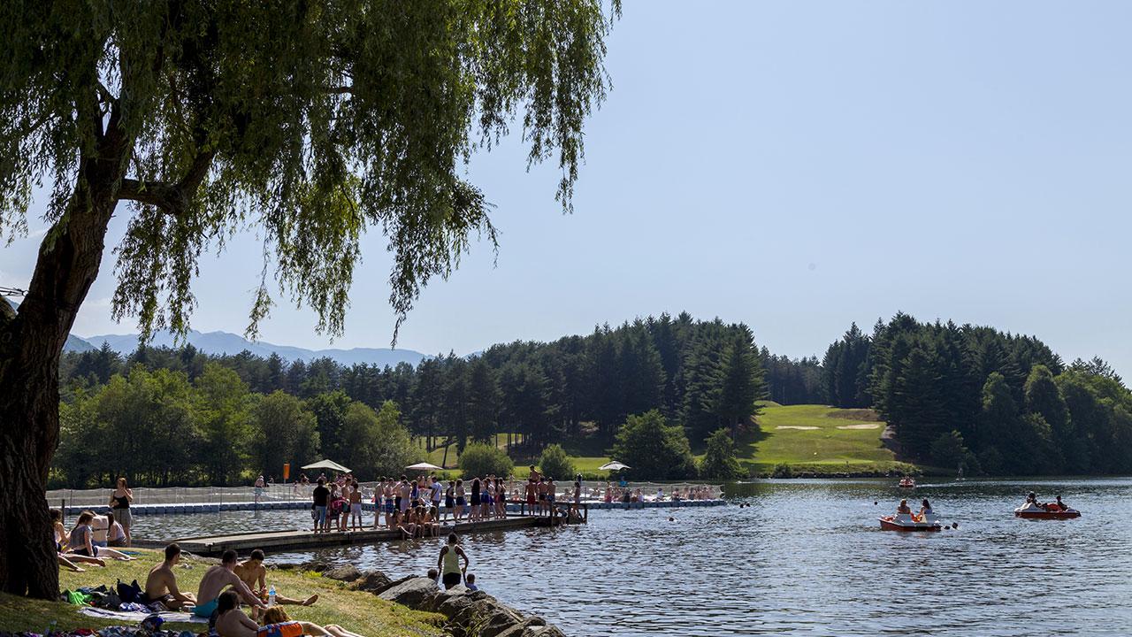Lac de Lourdes avec ses baigneurs