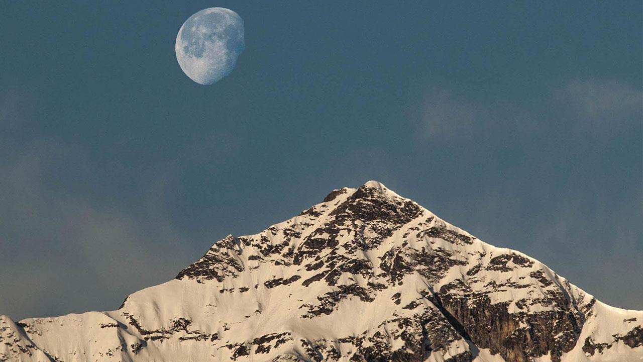 Lune et le Pic du Montaigu sous la neige