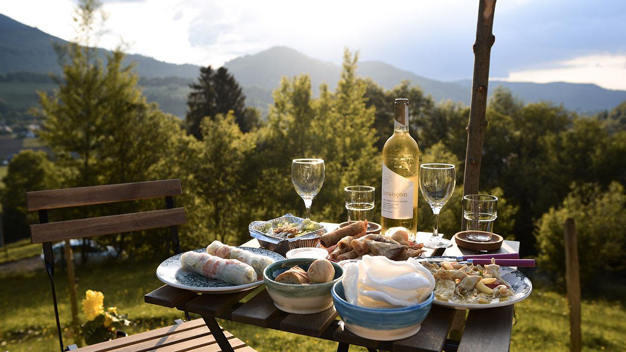 des tapas, du vin, une terrasse avec vue sur les montagnes