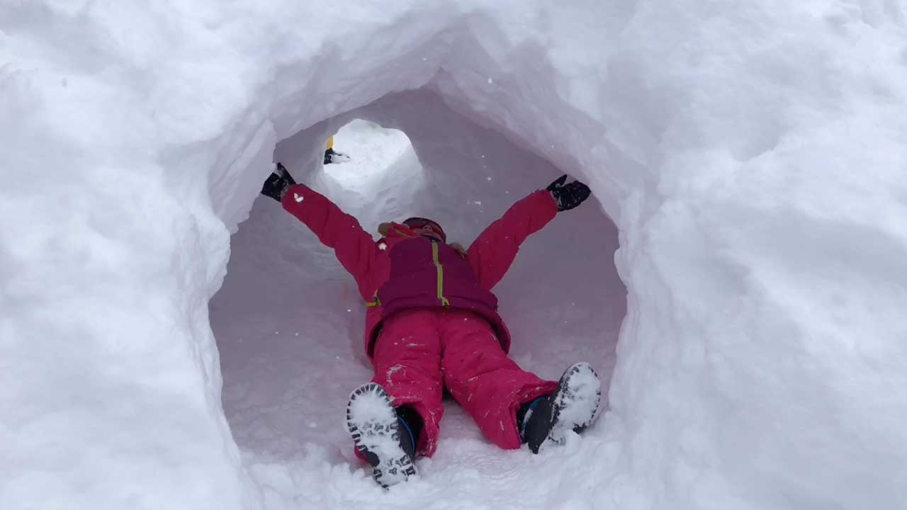 enfant dans un igloo
