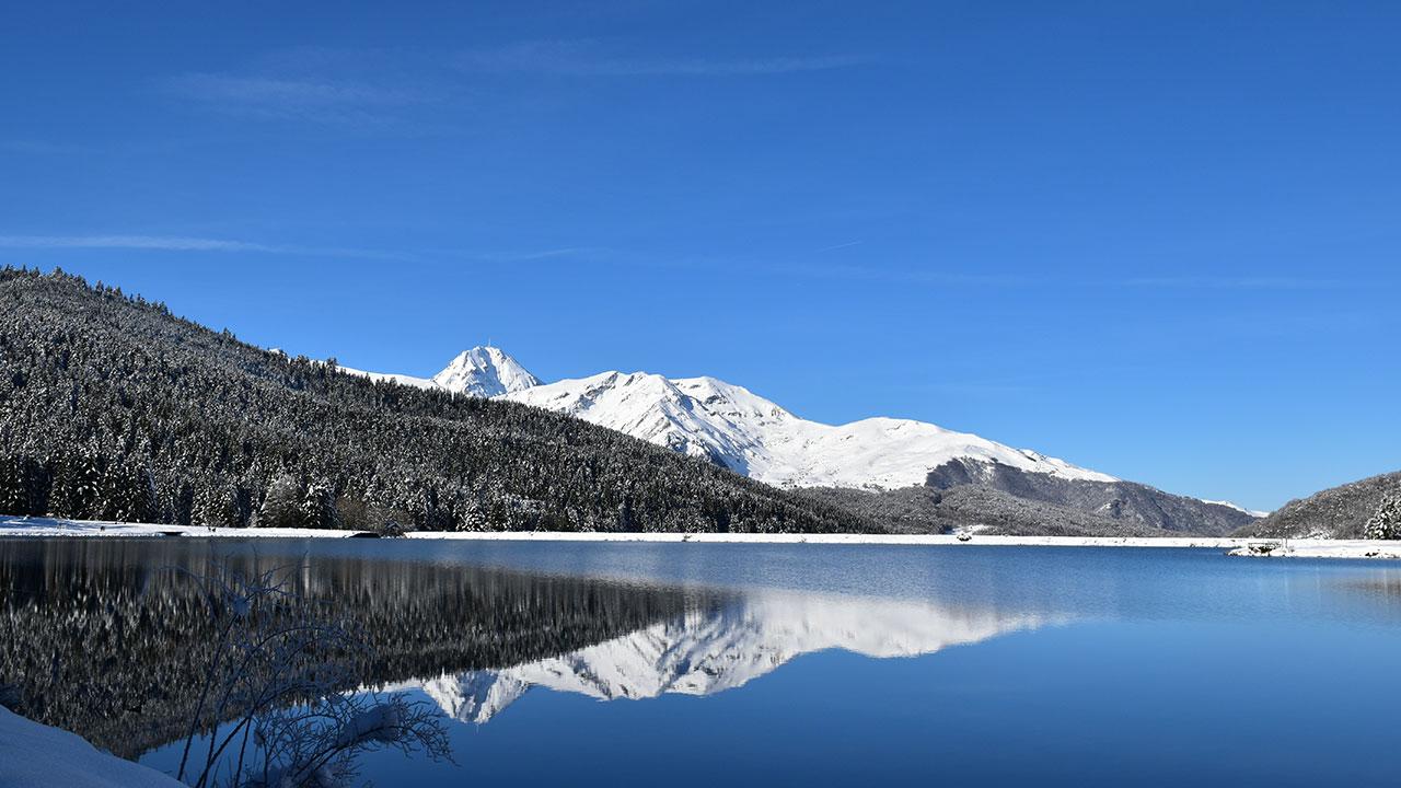 réflexion du pic du midi dans le lac de payolle