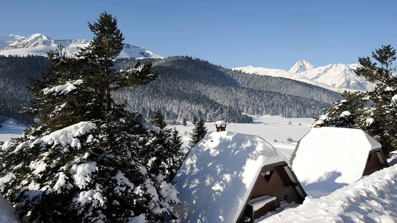 Maisons enneigées au dessus du lac