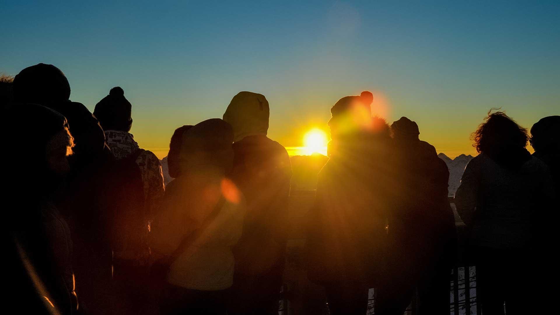 des personnes regardent le coucher de soleil au Pic du Midi