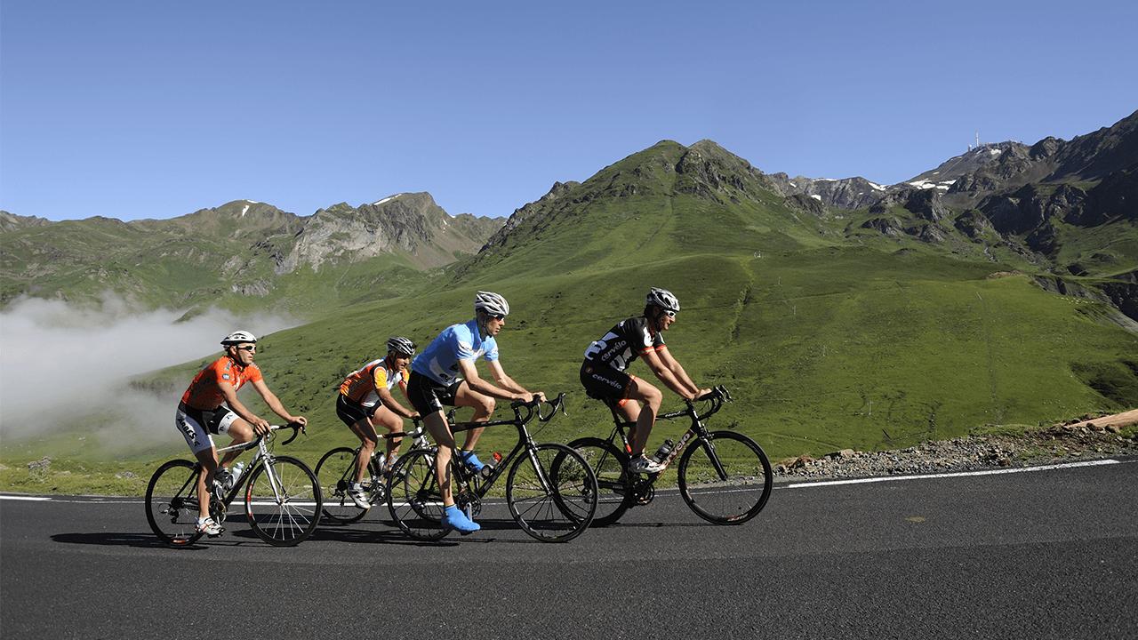 Cyclistes montant le col du tourmalet