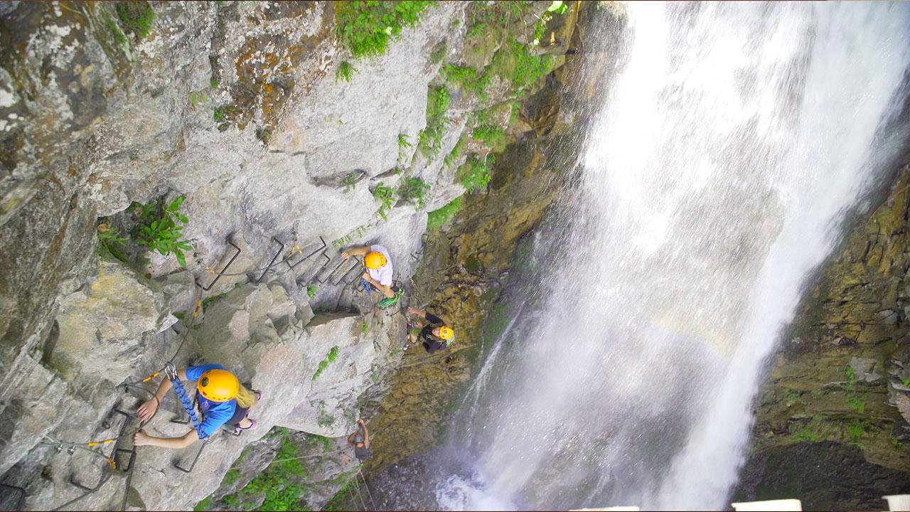 via ferrata au Vertige de l'Adour, montée à coté de la cascade