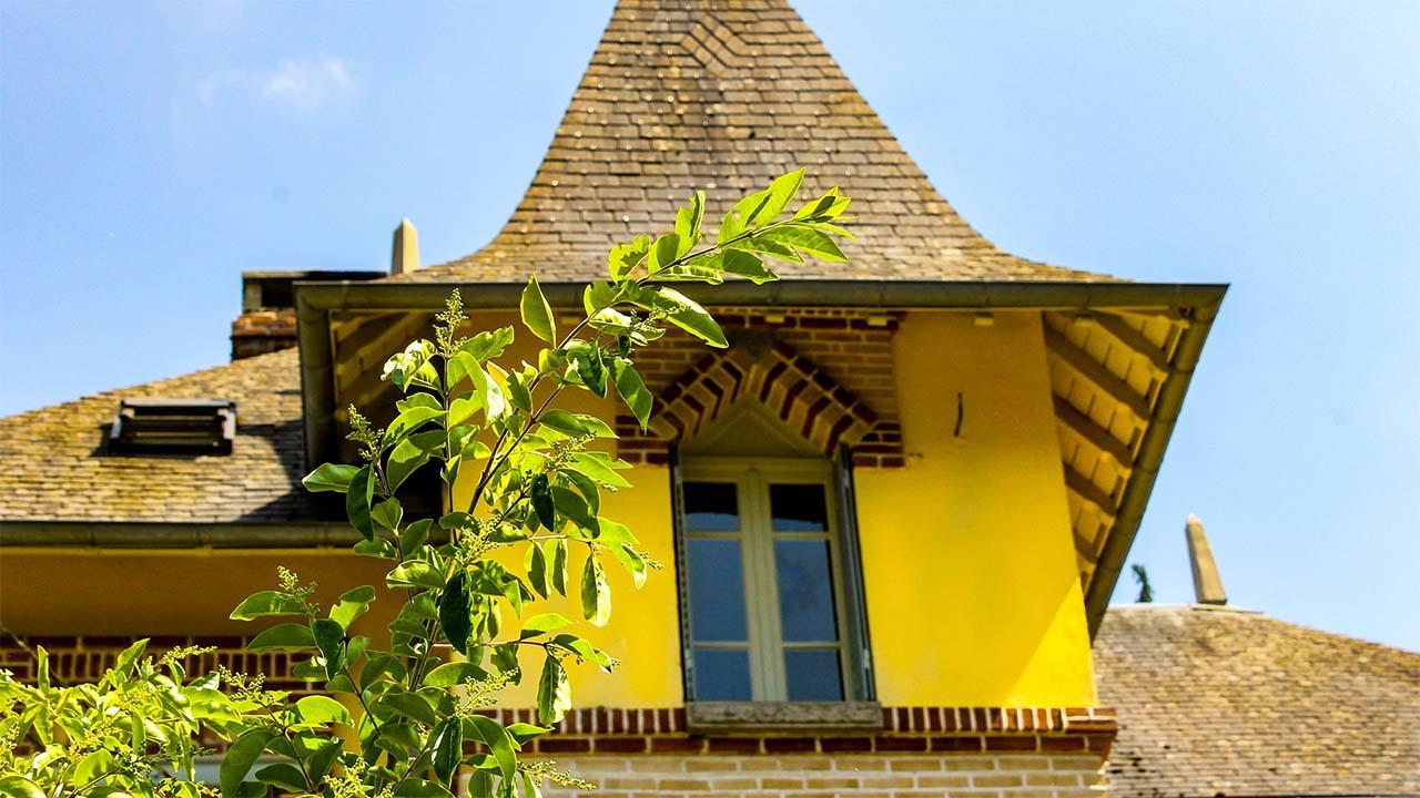 Facade bagneres de bigorre jaune